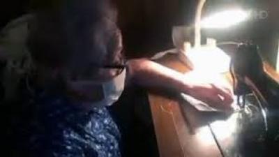 (VIDEO) 88 წლის ბებია ნიღბებს კერავს და არიგებს